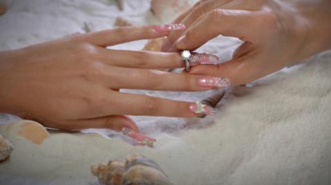 Images Luxury Nail Lounge : Une manucure en diamants
